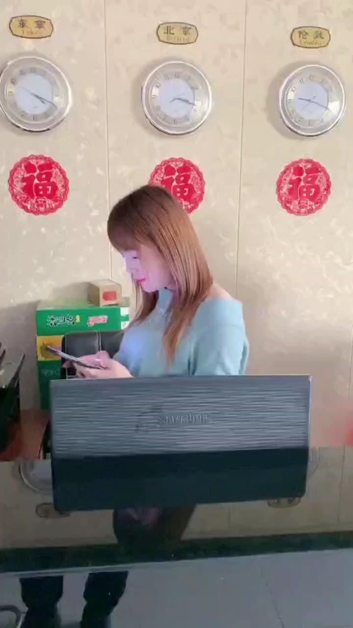 在上班玩手机被老板发现这尴尬?的。