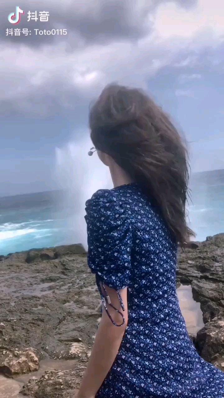 《海边的姑娘》  海边的姑娘 你象海燕一样 张开你那美丽的翅膀 在那蓝天自由的飞翔……