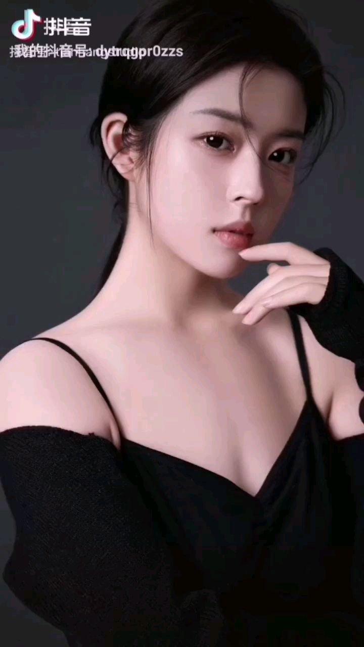 《女孩》  她是一个有梦的女孩 用青春编织梦中的幻影 生活与现实却有天大的距离 多想让她称心如意……