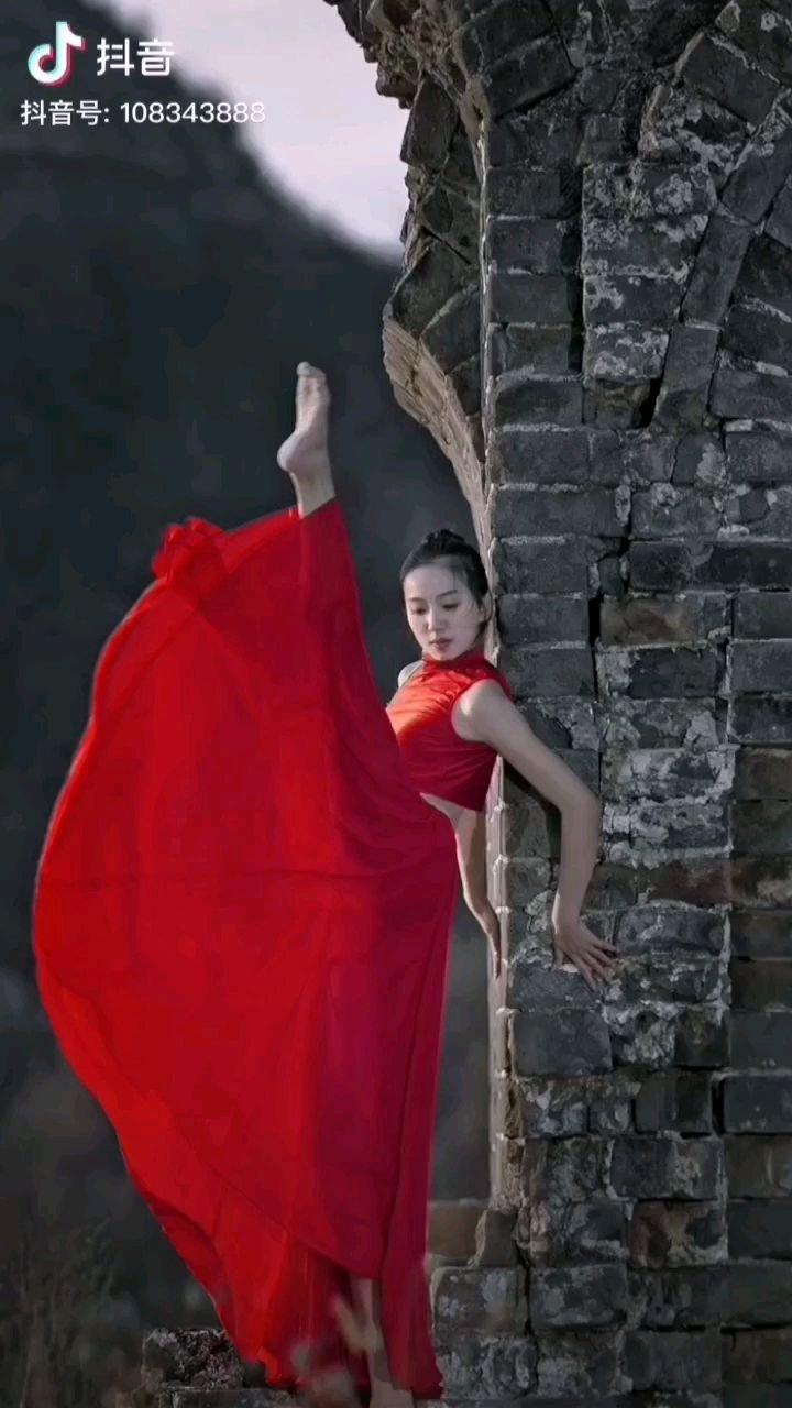 《虹》  石破惊天飘红装 一朵红霞映天上 美仑美奂惊世美 巍峨玉立在东方……
