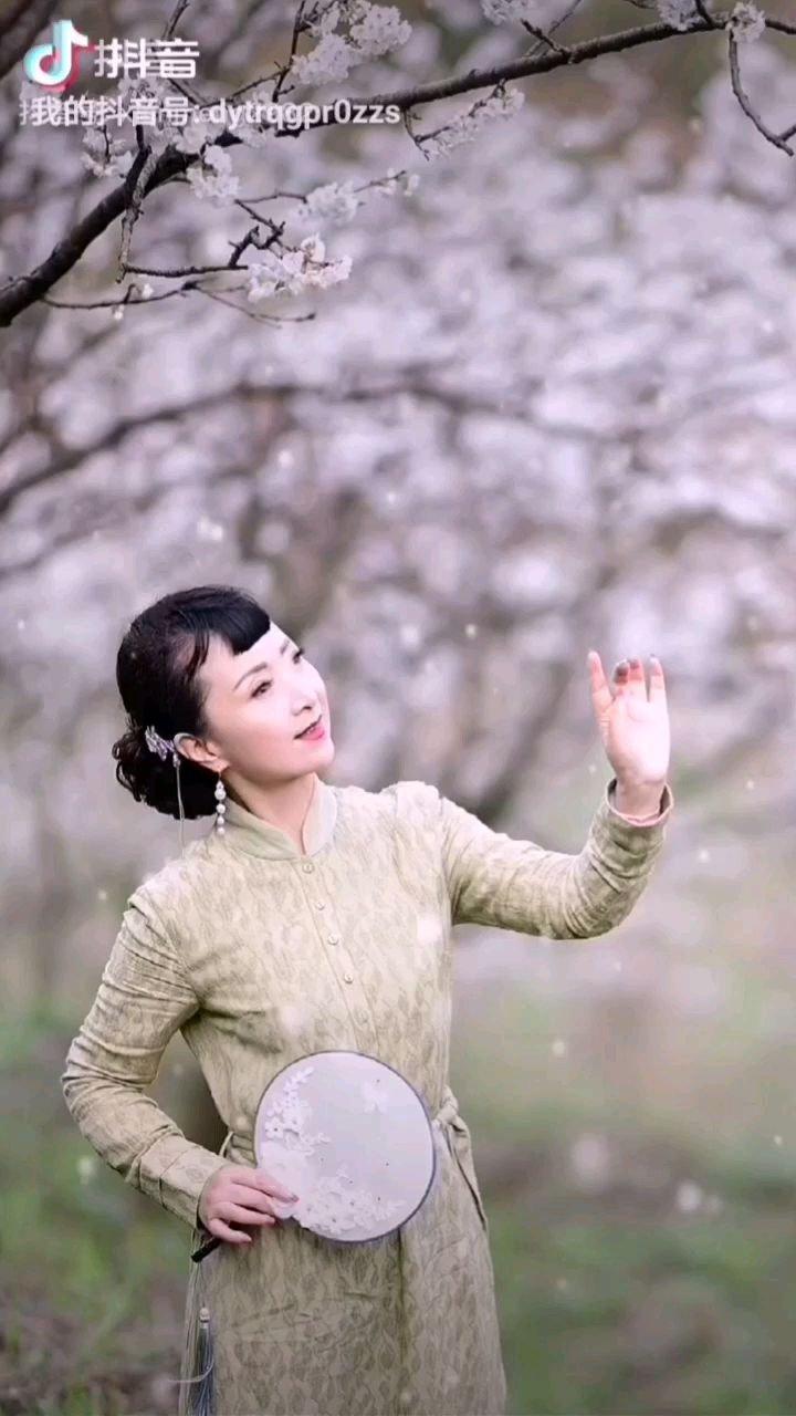 《梨花香》  在那遥远的小山庄 有我梦绕的故乡 每当春来梨花放 那阵阵的花香记心房……