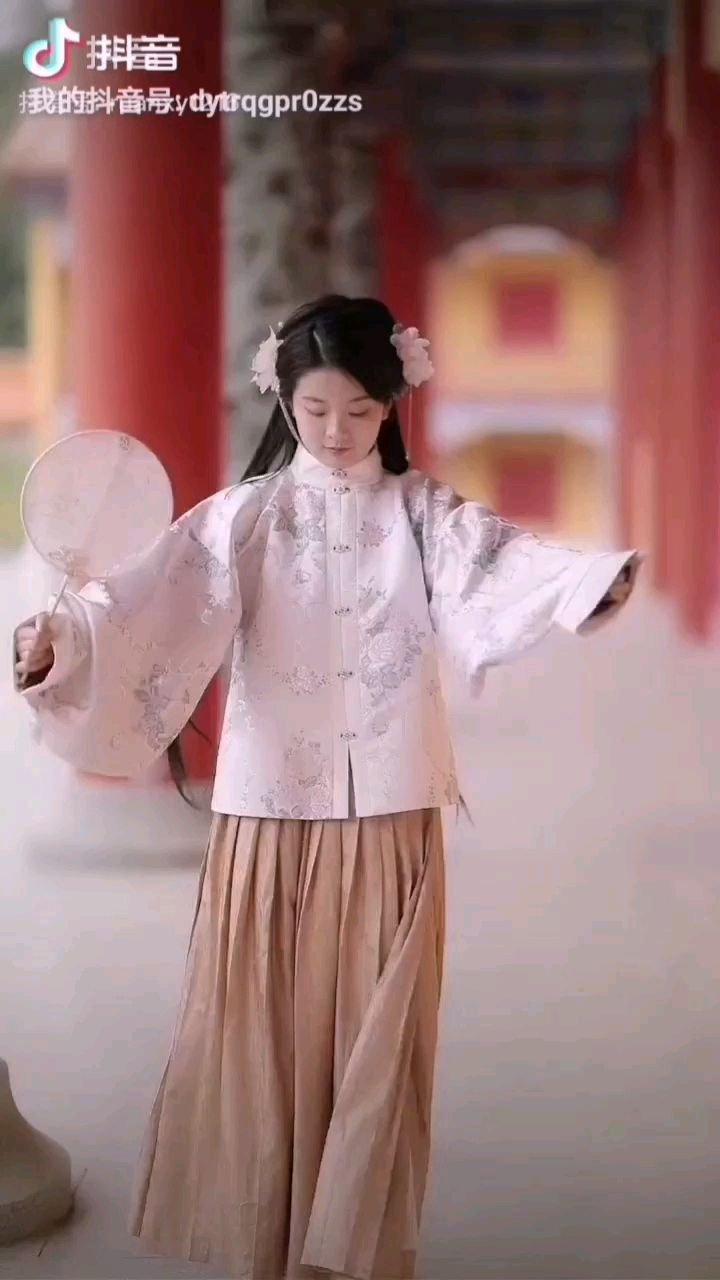 《莲儿》  如一只小鸟欲飞高 如一只彩蝶围花绕 美丽的青春真美好 她到哪里都传欢笑……