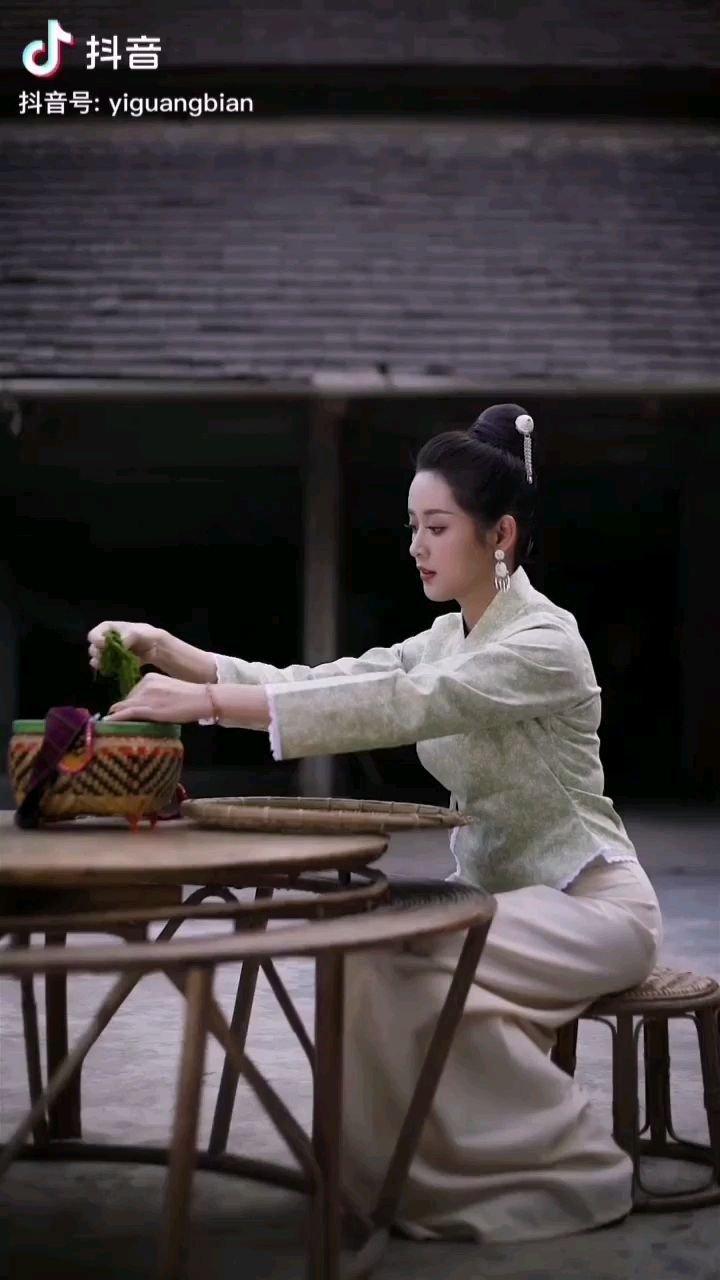《竹楼下》  竹楼下的青衣姑娘 早早就在勤劳奔忙 绿色的苔蓉象征着着生命 永远是那样不屈顽强……