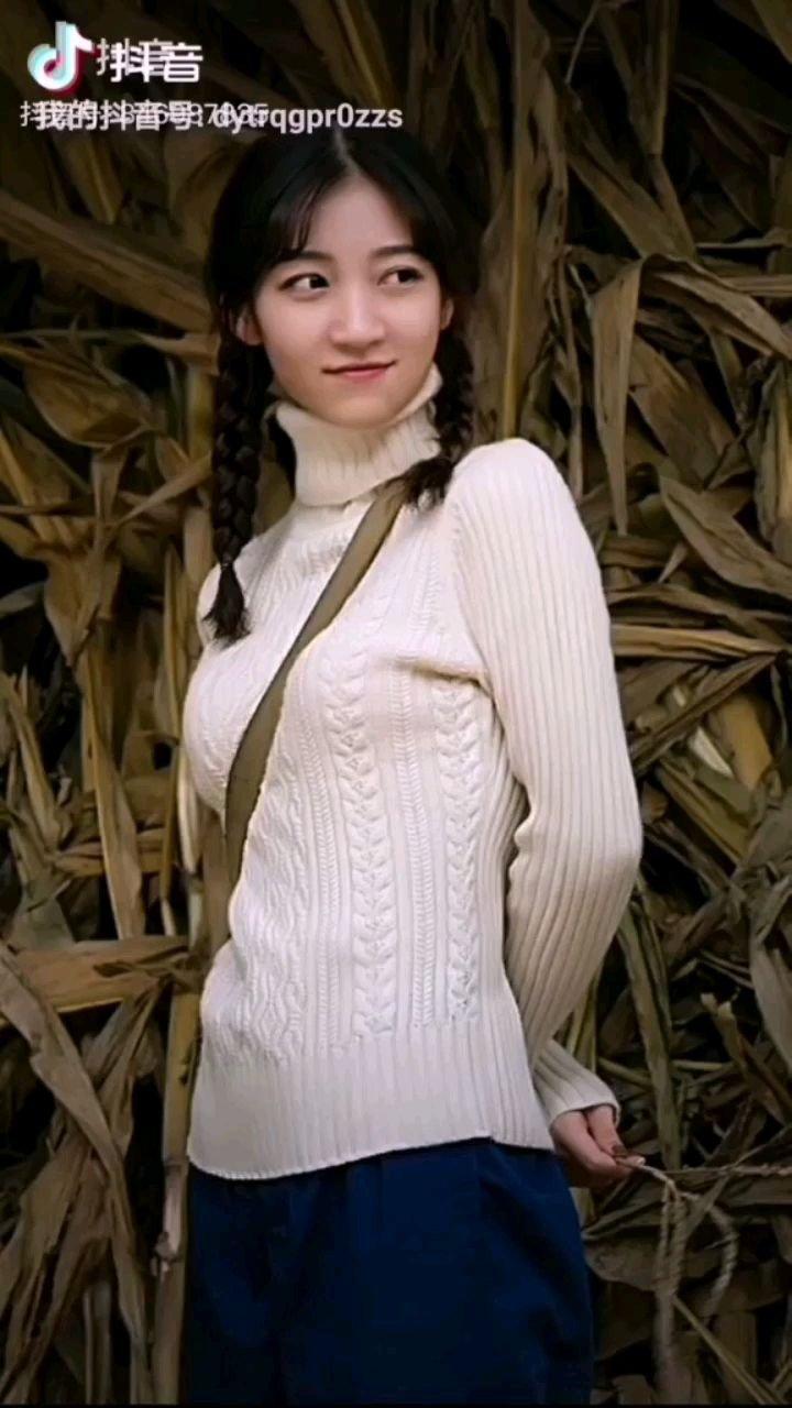 《咋天》  那美丽的时光并没有走远 因为它时刻萦绕在我们心间 红红的高梁金色的稻田 朦胧的村庄袅袅的炊烟……