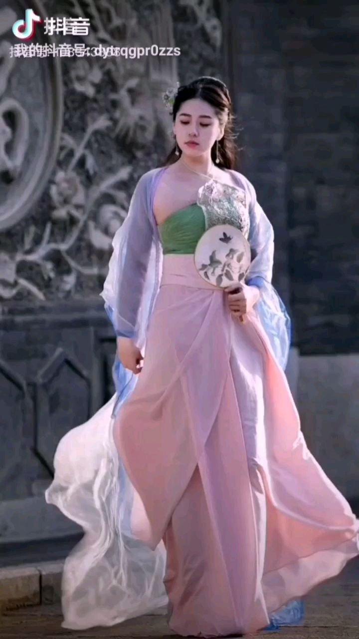 《美》  冰清玉洁一女神 混身弥漫大囯风 高傲环视看世界 心中都是中华情……