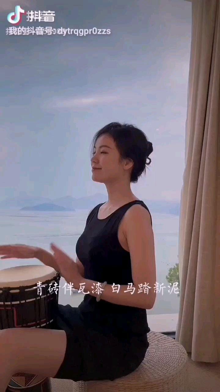 《鼓》  敲响我的手中鼓 我的心声随鼓叙 鼓声阵阵随风去 带我飘飞入霄云……