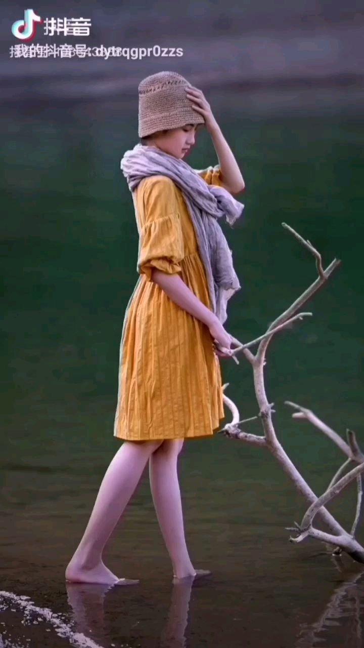 《水中少女》  你是一个纯洁的少女 心中充满了美好的期翼 向着梦想一步步走去 路途会经历风雨的【嘀~】……