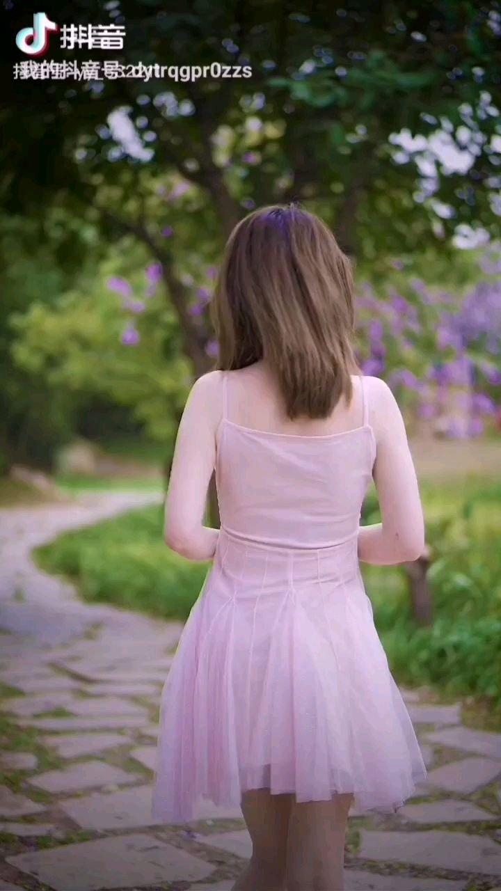 《春风》  一股春风迎面吹来 把你吹入我的心怀 它是那样靓丽风采 如美丽的霞光照亮天籁……