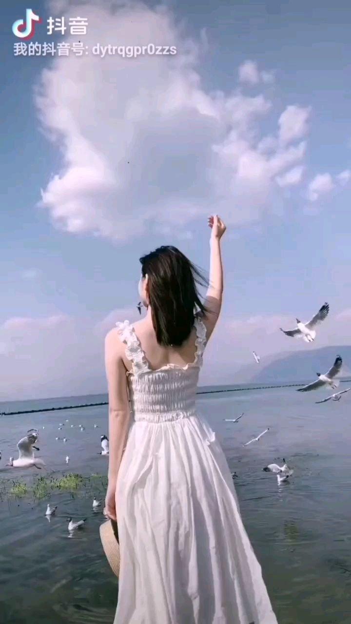 《水边的阿蒂丽娜》  如天边飞来的一朵云霞 洁白如莲圣洁无瑕 美丽清纯端庄优雅 你是苍天送来的莲花……