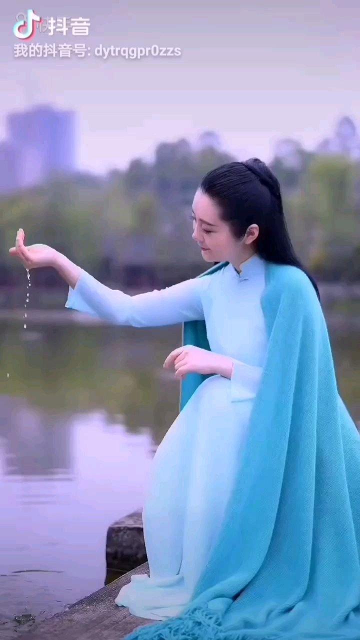 《春之歌》  万物复苏朝气蓬勃 春的步伐咚咚响着 岸柳飞扬唱起赞歌 阳光普照万里山河……