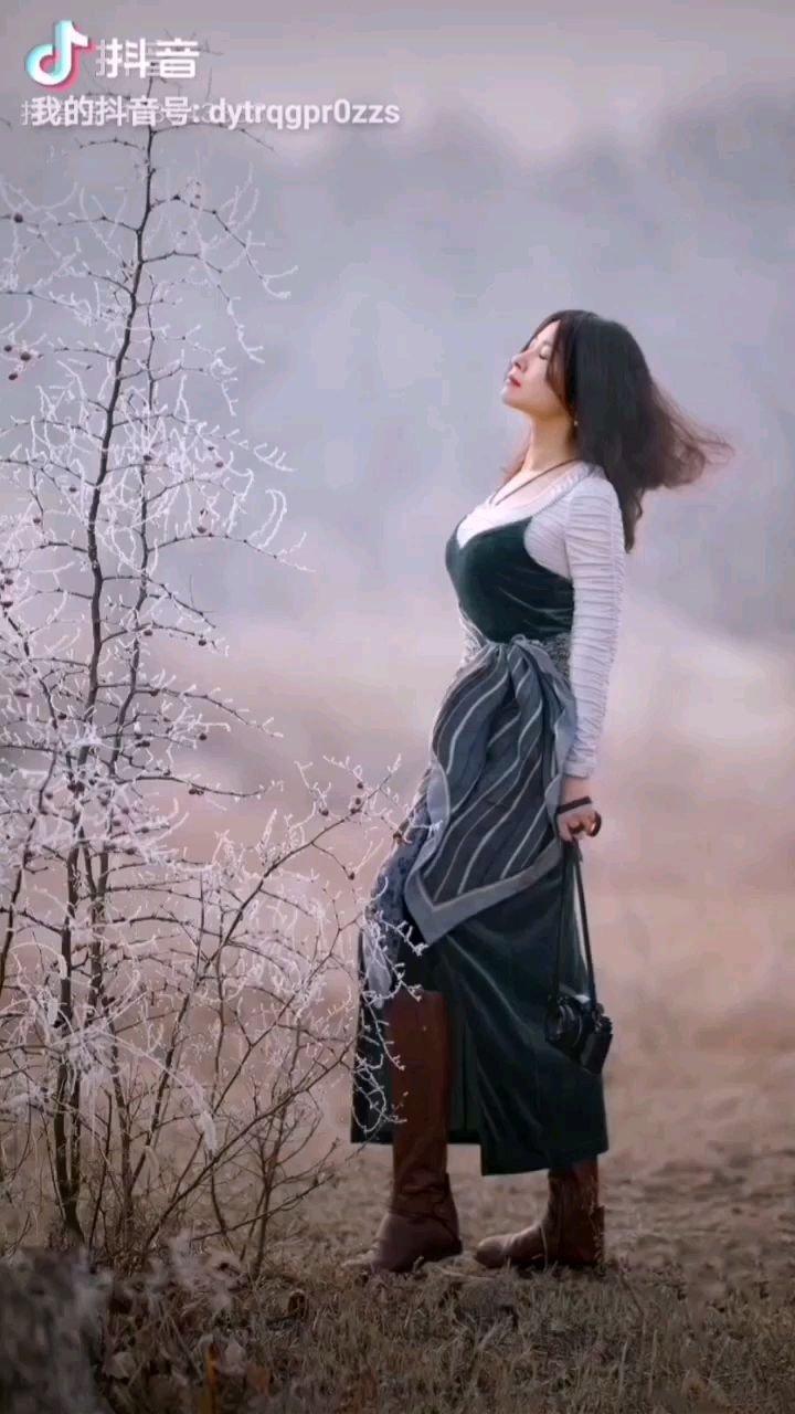 《郊外》  那轻柔的风吹醉了我 我置身于美丽中 把自己溶化在美景中 亨受着这美丽的时刻……