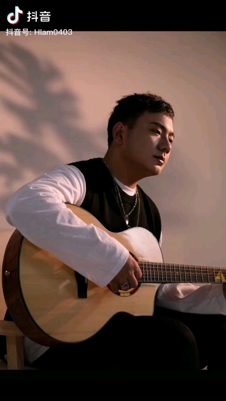 《路漫漫》  弹起我心爱的吉它 把心声用音乐呐喊 它包含有我丰富的情感 更有那对往事的眷恋……