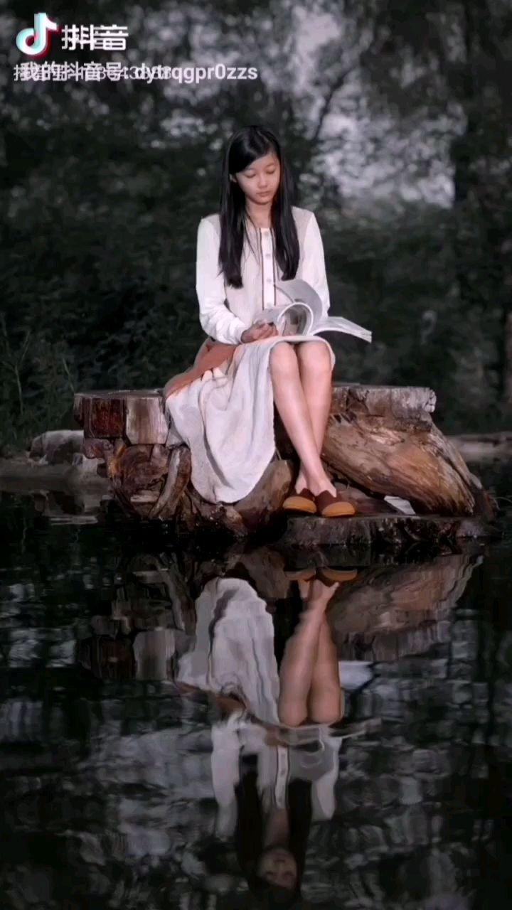 《少女》  静静的坐在小河旁 让梦长上飞翔的翅膀 它色彩斑斓充满了希望 它把我带入了诗和远方……