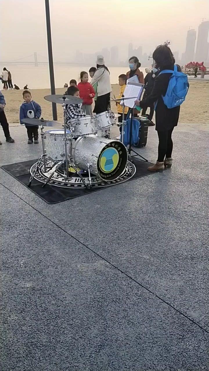 路上观看到的架子鼓表演,觉得还不错