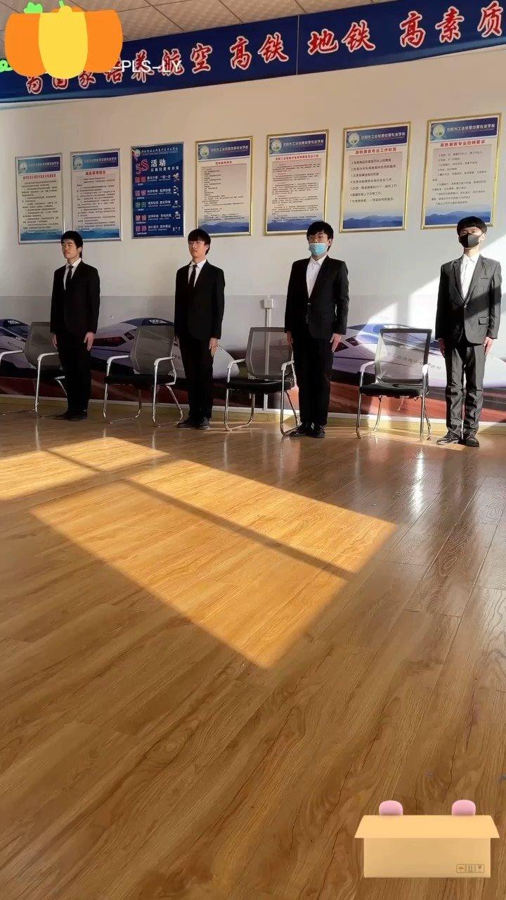 男士形体训练塑造,绅士风度形体礼仪中的坐姿训练 ,你学会了吗?#潘老师讲礼仪 #绅士风度的完美演绎