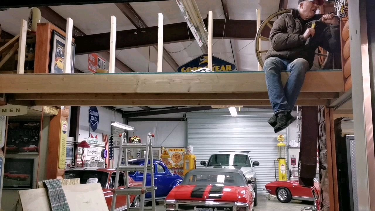 正在老爷车库为我们花椒直播间做最后的完善~ 我老公就是做事要求完美的人~ 所以这些老爷车都保养的非常好~
