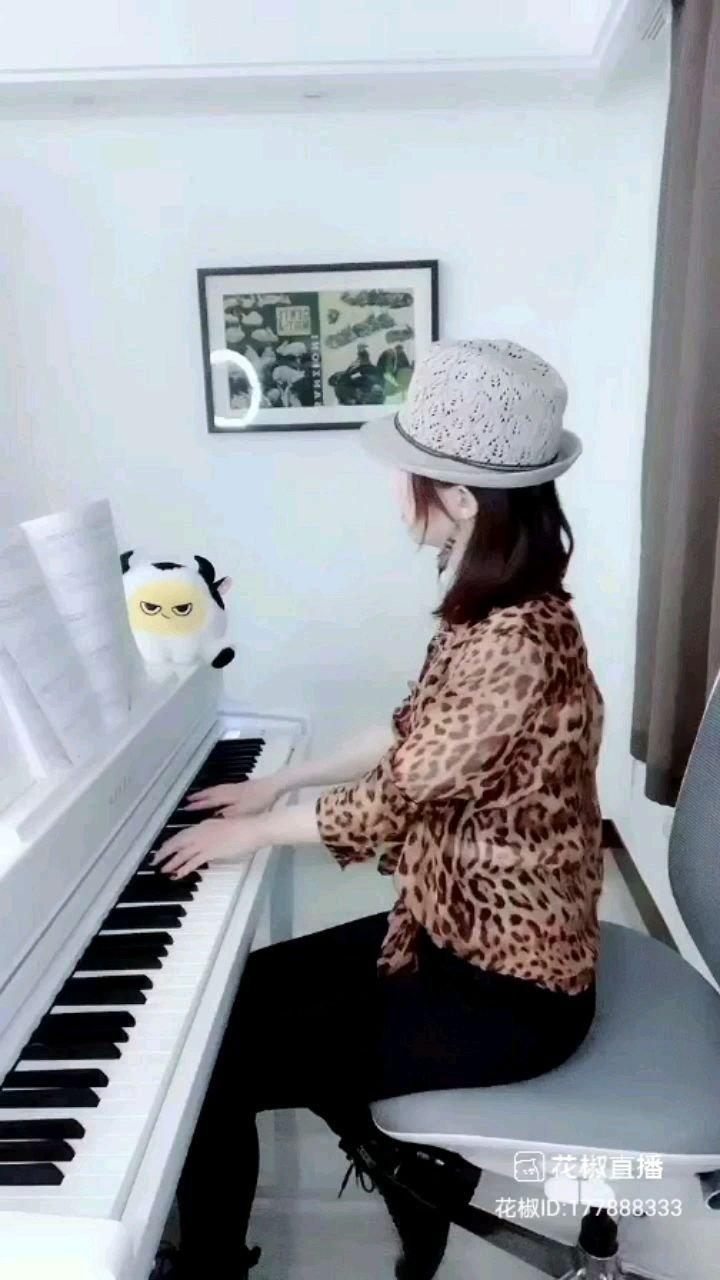@杨枣枣???3.18一周年庆演 @花椒热点 用钢琴弹奏的曲子能让人陶醉,不同的曲子给人的感觉不一样!