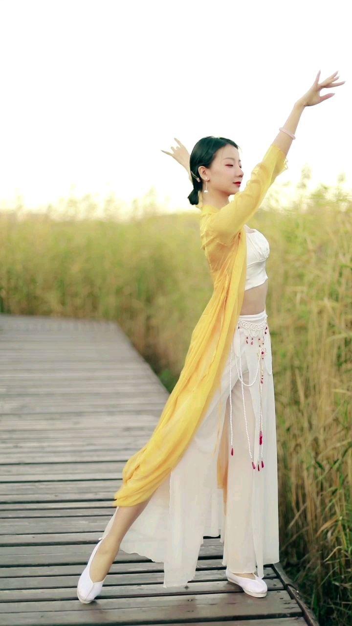 《有位姑娘》 应入眼眶 娇小玲珑的模样 芙蓉不及那美人妆 水殿风来珠翠香 春梨花开那枝头上