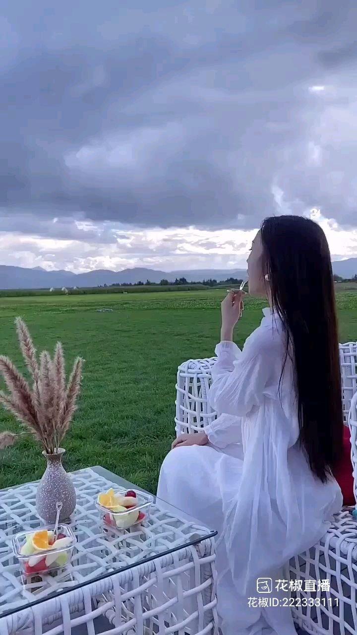 #花椒星闻  秀出你的秋季穿搭,感受美好的大自然!我们舞蹈频道的优秀主播模特@❄️ 莎莎 ❄️ 小姐姐动态分享唯美视频,19小时前我们的@❄️ 莎莎 ❄️ 小姐姐发布视频展示了美好的大自然,展示了她的独特魅力与个性,展示了绿油油的草地,展示了唯美的天空,虽然天空乌云密布,我们的@❄️ 莎莎 ❄️ 小姐姐身处其中,她感受着大自然的新鲜空气,她感受着大自然的美好意境,她收获满满,她收获快乐,她收获幸福,她自由自在,她无忧无虑,这样的美好大自然大家想感受吗?这样的美好时光大家向往吗?关注我们的@❄️ 莎莎 ❄️