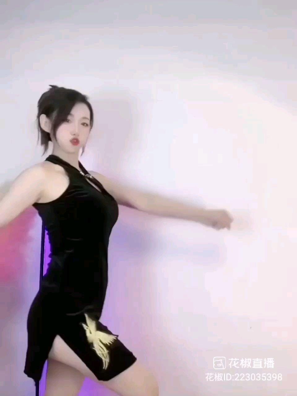 #2021巅峰之战 #花椒星闻  我们舞蹈频道的@艾米ya?。 小姐姐第一次参加巅峰之战舞王赛,她可爱又大方,她迷人又性感,她的舞蹈百变多样,她的舞姿让小哥哥们深深的记住了她的才艺,她的直播风格丰富而又有趣,各种服装我们的@艾米ya?。 小姐姐都能驾驭,她的优点很多,她的特点更多,至于缺点吗?只有她直播间的小哥哥们知道哦!@花椒热点   我们的@艾米ya?。 小姐姐正在开播打榜舞王赛道,她家的哥哥们在全力的支持她,守护着她。@艾米ya?。 小姐姐已经排在了10多名的位置上,她的心情非常的喜悦,她在动态里拍