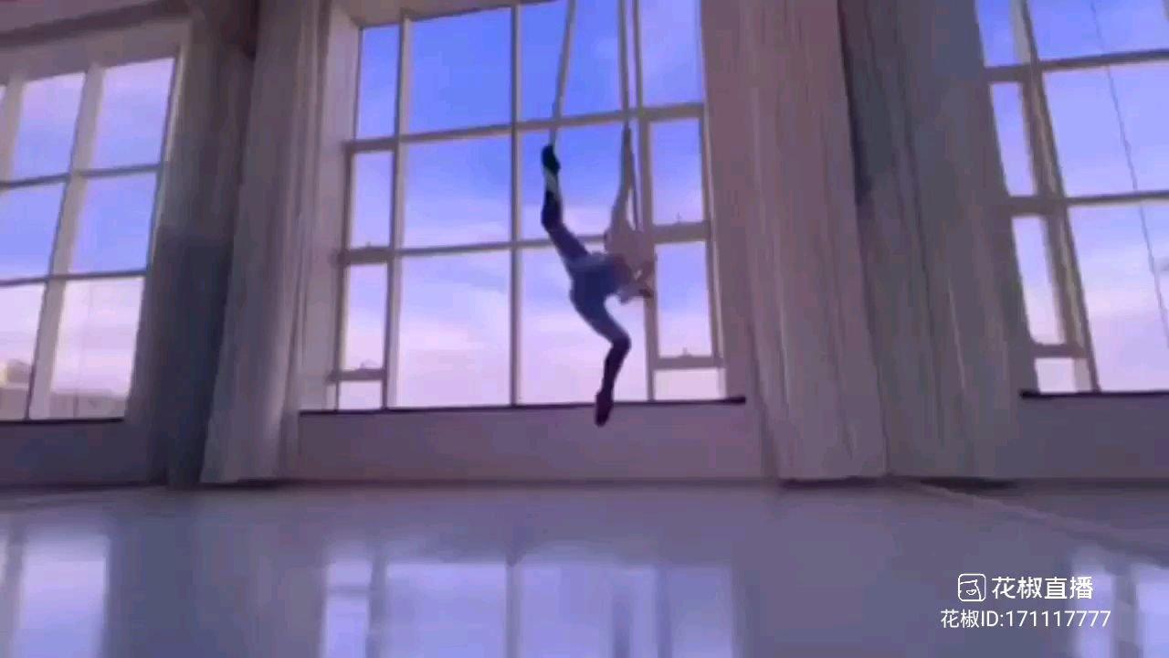 #2021巅峰之战 #花椒星闻  2021巅峰之战舞王之争海选打榜N进56   完美收官。我们舞蹈频道的最美天使冠军@天蝎柒跳舞 成功晋级舞王之争初赛,相信大家是从最美系列比赛中知道,熟悉,我们的最美舞者@天蝎柒跳舞  的,她的空中舞蹈数一数二,她是最棒的。我们的@天蝎柒跳舞 参加过多次舞蹈比赛,都取得了非常优秀的成绩,今年在最美系列比赛中勇夺天使冠军,相信大家都知道,最美天使冠军需要集齐才艺,美貌,实力,这三点缺一不可,我们的@天蝎柒跳舞  都做到了,最终她取得了梦寐以求的最美天使冠军!@花椒热点