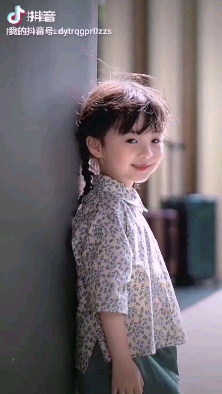 《微笑》  她那轻轻的一笑 冰川都会融化 她是我们的未来 我们要为他们而奋斗……