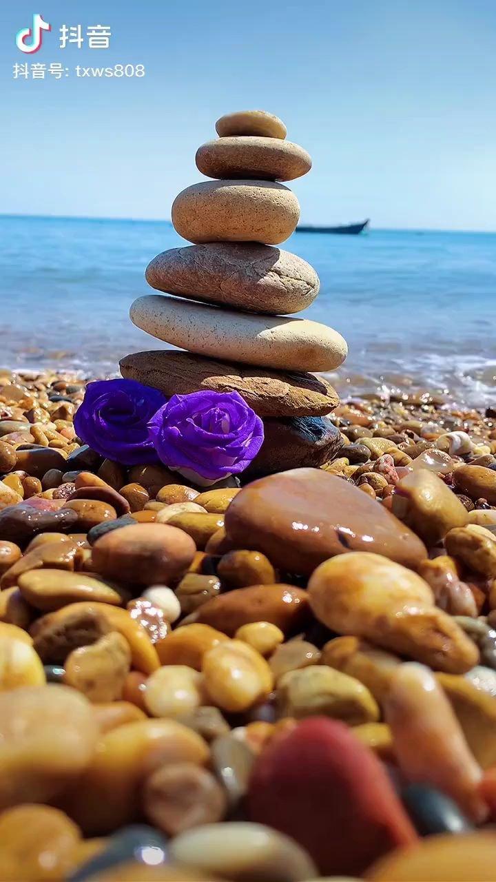人生是一场旅行,路上会遇见很多人,来者要惜,去者要放,珍惜那些,一直陪伴你走下去的人。