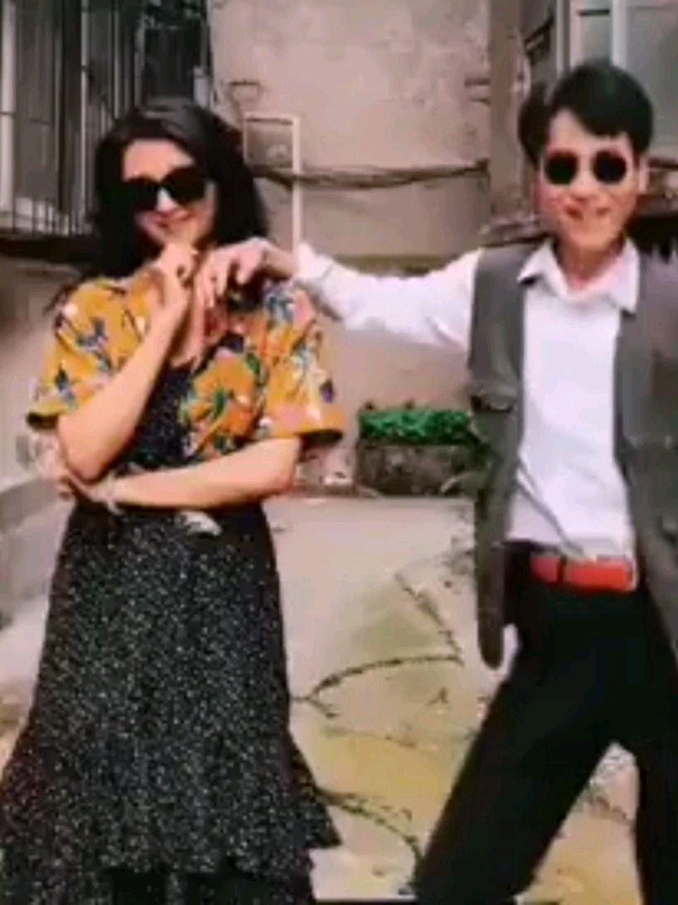 八十年代人PK现代人。全世界最流行的舞蹈《路灯下的小姑娘》,音质。服饰。舞姿。打扮。那么不同。你更喜欢谁呢?