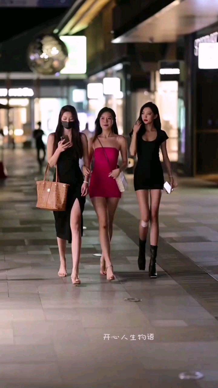 #谁还没有大长腿了 成都街头,偶遇,邂逅,三个天使小姐姐。录下来分享花椒朋友们。养眼吧!美真的是一种情怀,一种享受,一种风景。。。