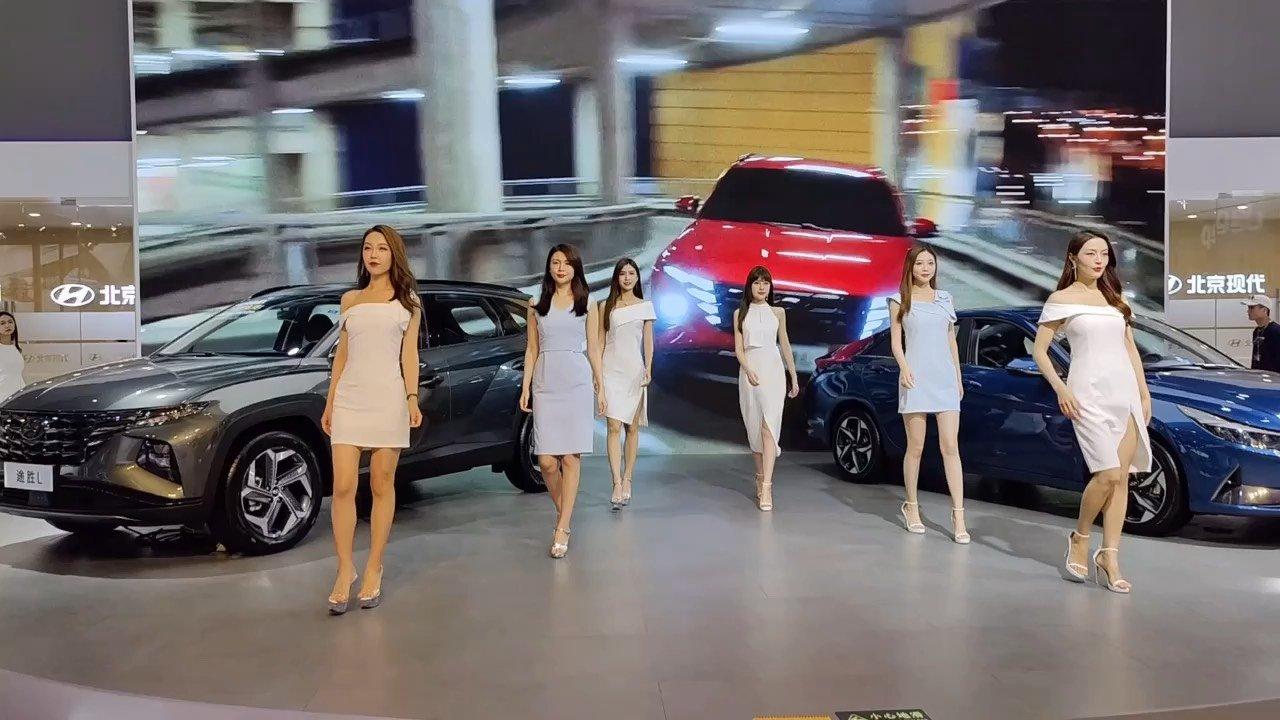 21年重庆大型车展,北京现代展台模特展示