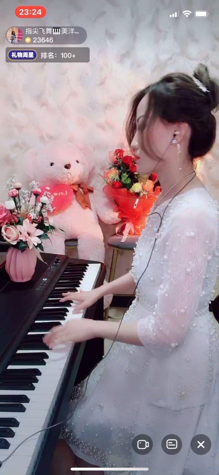 爱了!@指尖飞舞?美洋? 的这曲钢琴独奏《光辉岁月》,没有那么激昂的节奏,却可以在舒缓的韵律中勾起无限回忆!  纯萌新,四年级钢琴考过十级的音乐神童,@指尖飞舞?美洋? 或许还在努力的适应开播节奏和互动,侧身弹琴的那一个,气场强大,自信满满。  安静的在@指尖飞舞?美洋? 这里聆听钢琴曲,当真能感觉到指尖飞舞中的韵律飘荡,一曲《光辉岁月》悠扬想起,只是钢琴,不激昂,不喧嚣,却有非常舒缓的感觉,让人在音乐中徜徉,在追忆中怀念青春岁月的美好时光。  @指尖飞舞?美洋? 是新人,纯萌新开播不到一周,还在适应开播