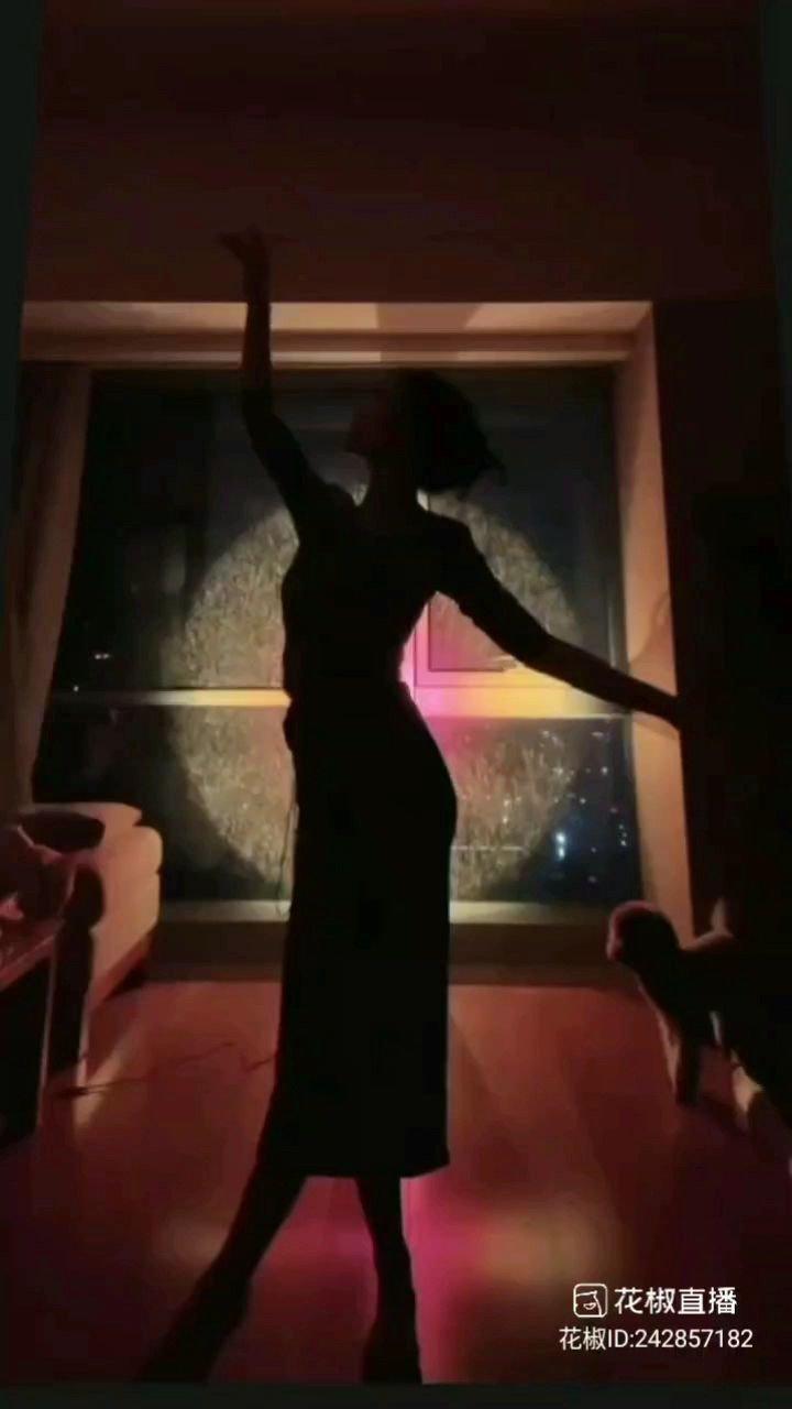 【@乐一? 展示古典舞《辞九门回忆》】@花椒热点 #花椒星闻 #花椒好舞蹈   前篇我们欣赏到新人主播@乐一? 的歌声优美,这篇我们来感受一下这位优秀的唱跳全才的新人主播@乐一? 精湛的演绎,绝对是王者级别的展示。  从视频中看到我们的@乐一? ,在漆黑的魅影中展示一段古典舞,透过美丽的倩影,隐约看到她身穿一套旗袍装,虽然无法看清楚,但是却能展示出舞蹈优美,一频一动的动作,十分优雅!  而衬托着《辞九门回忆》的曲目,将人带入一种特定的环境与氛围中,起到点缀和烘托的作用,使舞蹈更富情感,为内容增添了分量,
