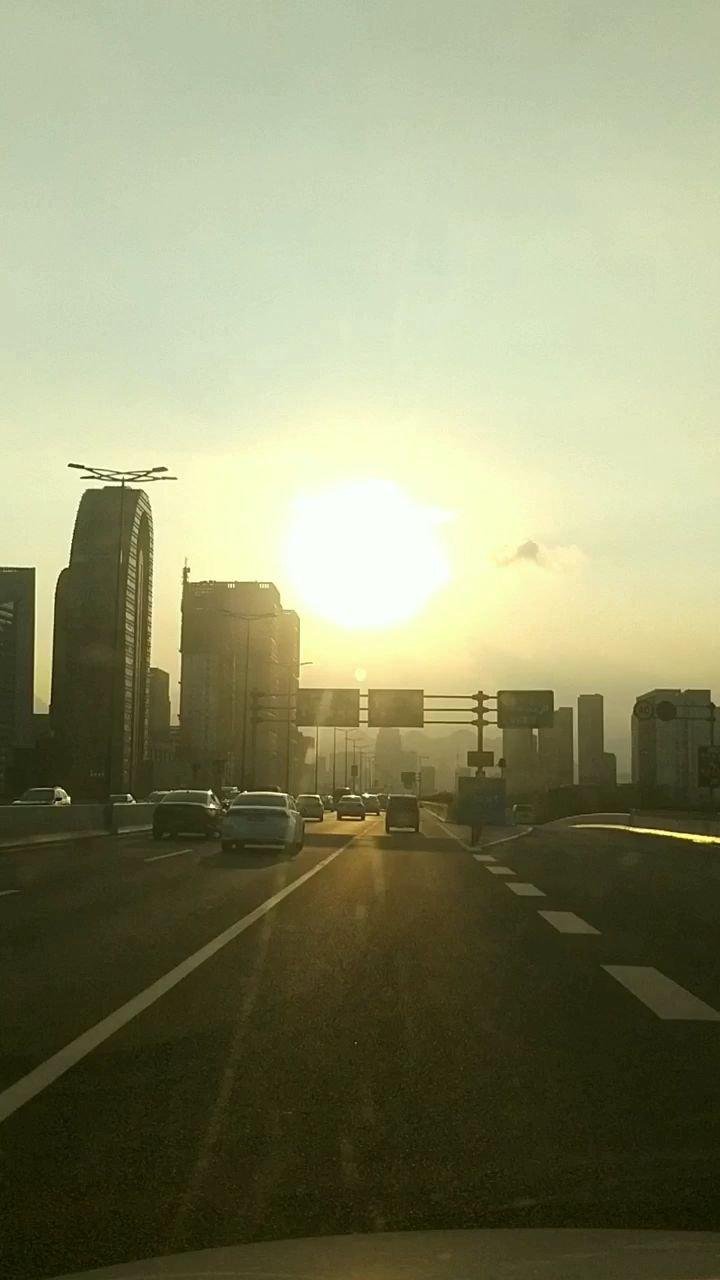 走在回家的路上,温暖的阳光。