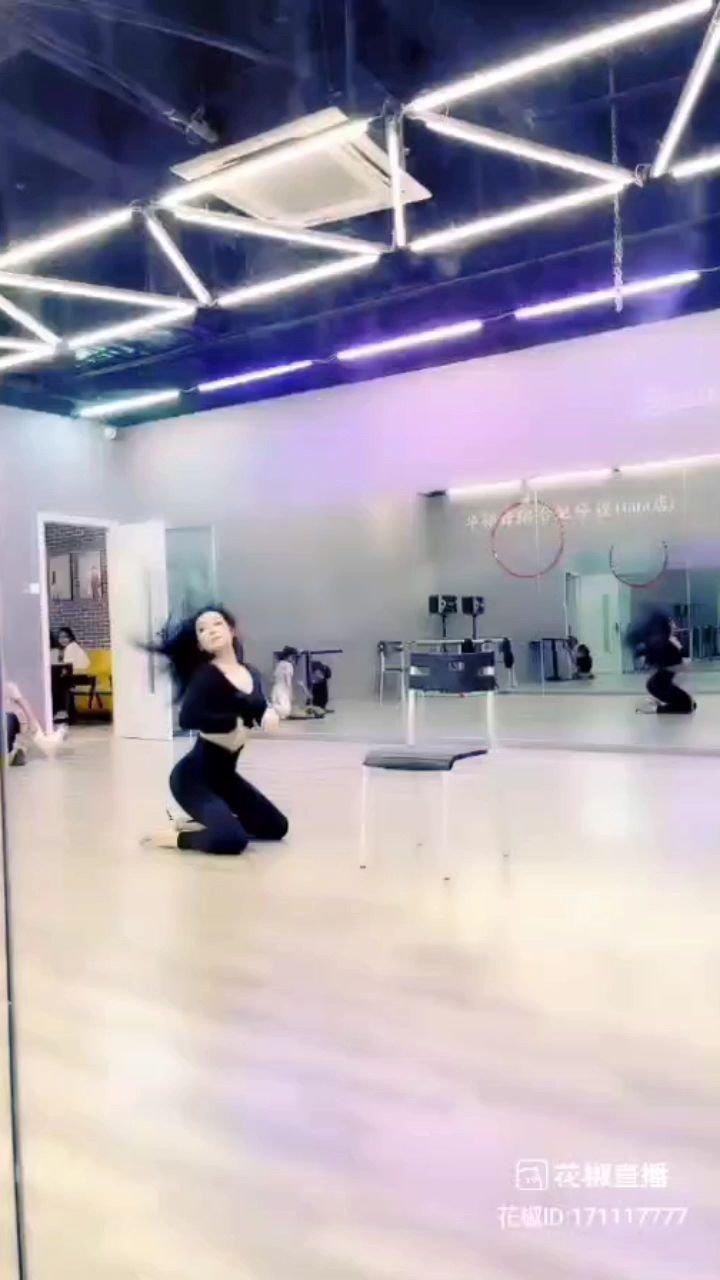 當別的小孩在玩耍的時候,她已經在跳舞???,一跳就是十多年。。她說:學舞十年尋一人,做你掌心的尤物!???@天蝎柒跳舞 #花椒星闻  你看?到她的努力了嗎? 還不快點給她@天蝎柒跳舞 點點讚 。。??????#最美舞蹈 #花椒好舞蹈 #寻找最美舞者 #一起云蹦迪 @花椒热点 @花椒头条