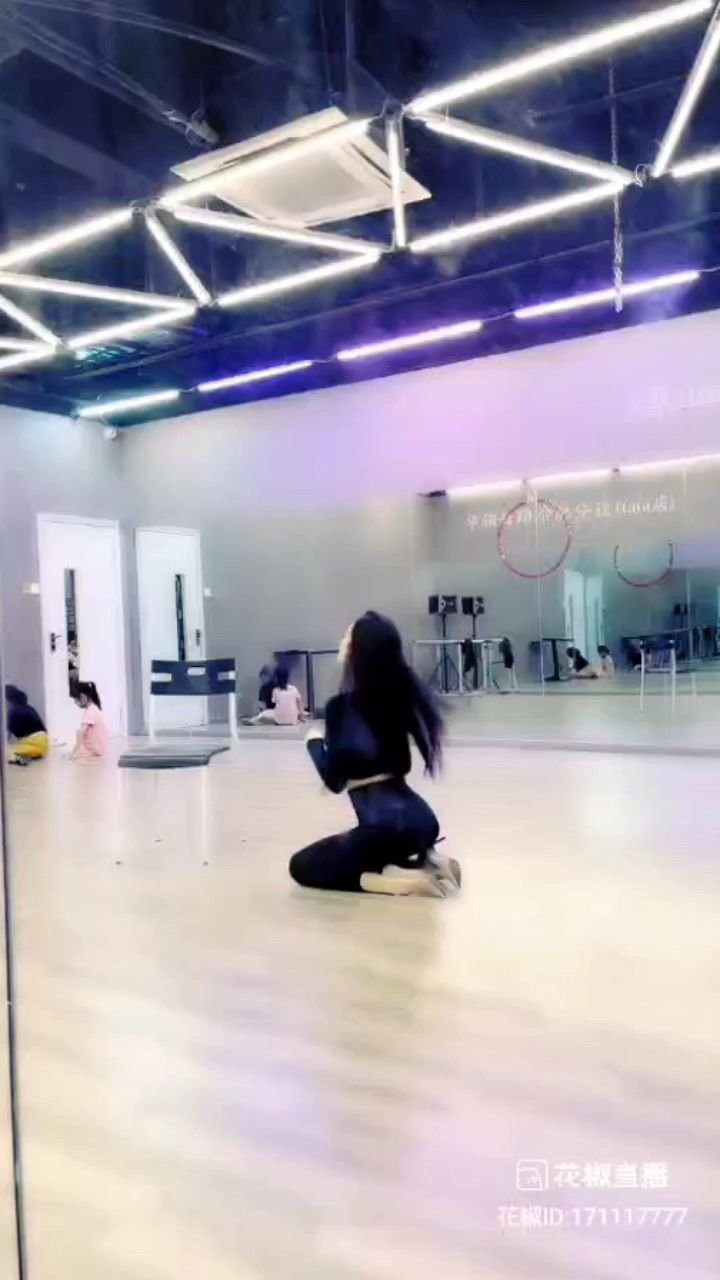 #摔倒变身 #花椒好舞蹈 ???@天蝎柒跳舞