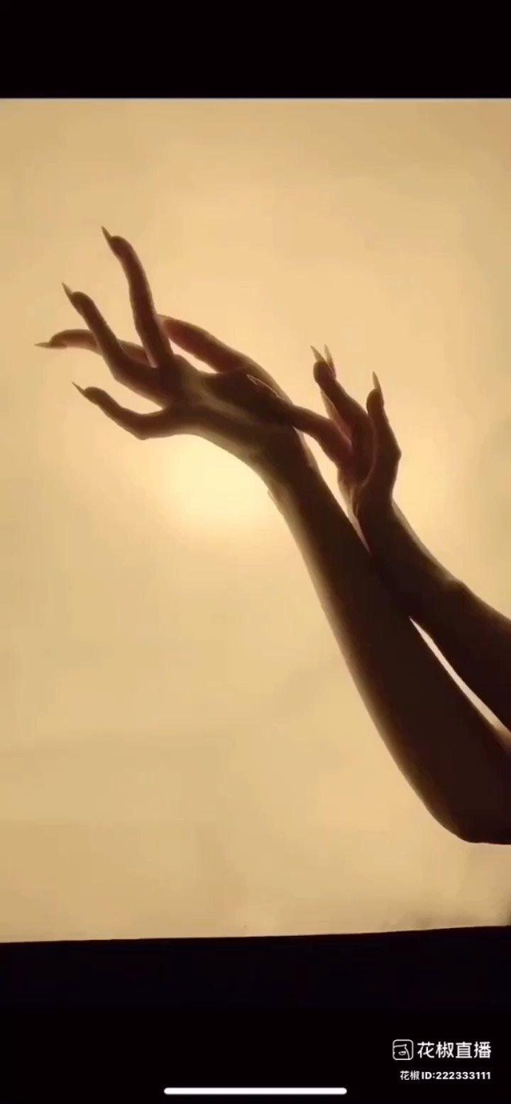 #花椒星闻 #五月你好 #我的七星推荐主播 @❄️ 莎莎 ❄️ @花椒热点  刚登陆花椒就被@❄️ 莎莎 ❄️ 分享的这手势舞迷倒了。一起欣赏~ 纤纤软玉削春葱,长在香罗翠袖中。以前在古文诗句中见过,今天见到真的了。@❄️ 莎莎 ❄️ 的纤纤玉手,问问你,服不服? @❄️ 莎莎 ❄️ :莎莎携纤纤玉手向你发起挑战。 一双十指玉纤纤,手如柔荑,唯美的手势舞,让人无法抵御,时而柔若无骨,时而强劲有力,美到让人心醉不已。 忽然忘记自己也是女人,低头瞅瞅爪爪,同样是手,同样是十根手指头,为什么自己就做不到呢? 赶