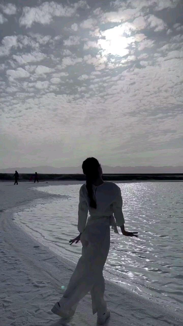 是想念如你温柔过境 才发现原来花开都有声音 只要你在我生命途经 再不怕时光匆匆如旅 ——《我爱你不问归期》