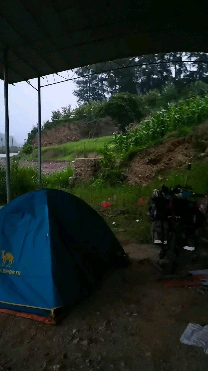 单车带你去旅行广西百色西林古障镇附近 这雨说下就下 还好找一个可以挡雨地方扎营#带上花椒去旅行