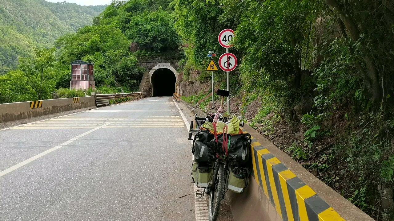 下午骑行过了五个小隧道#带上花椒去旅行