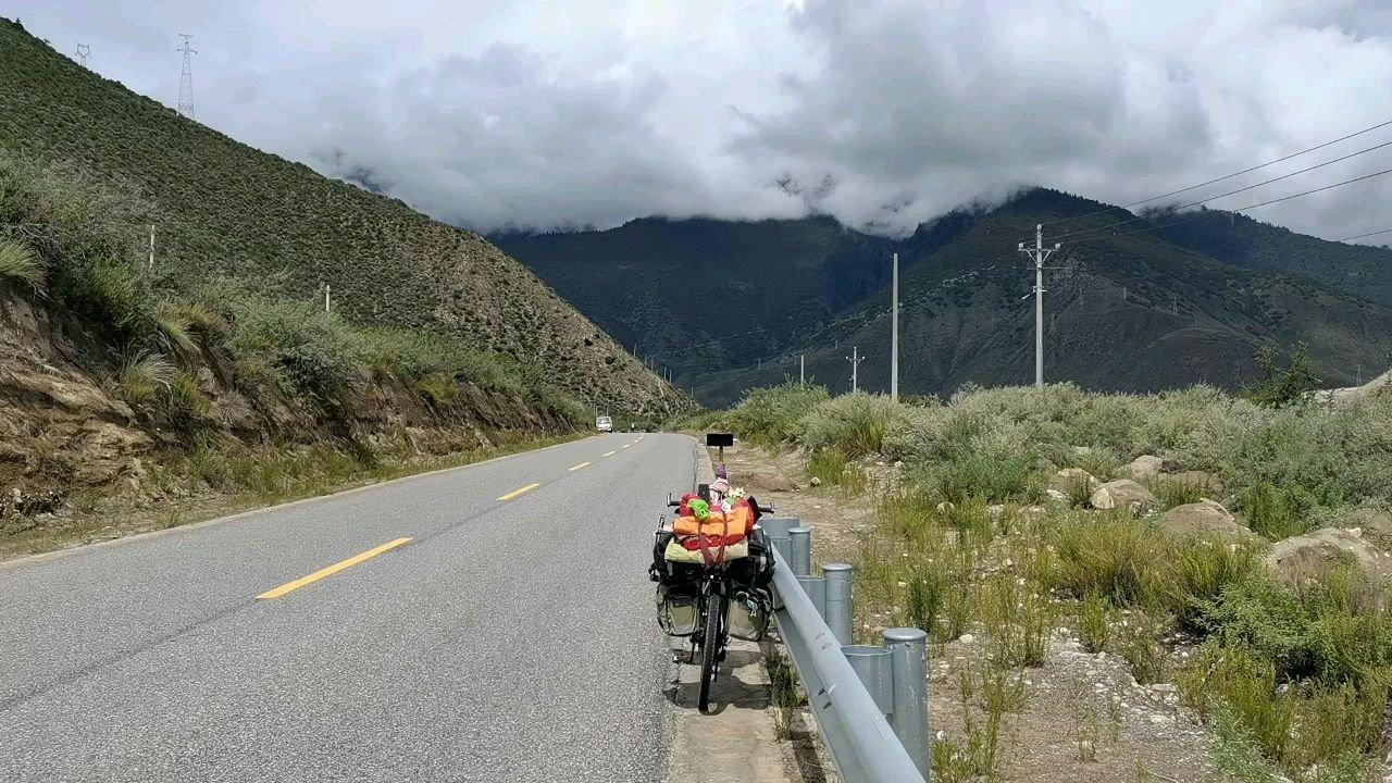 骑行中国 六进西藏之林芝 雅鲁藏布江边上的沙丘#九月你好 #百年奋进京彩启航 #带上花椒去旅行