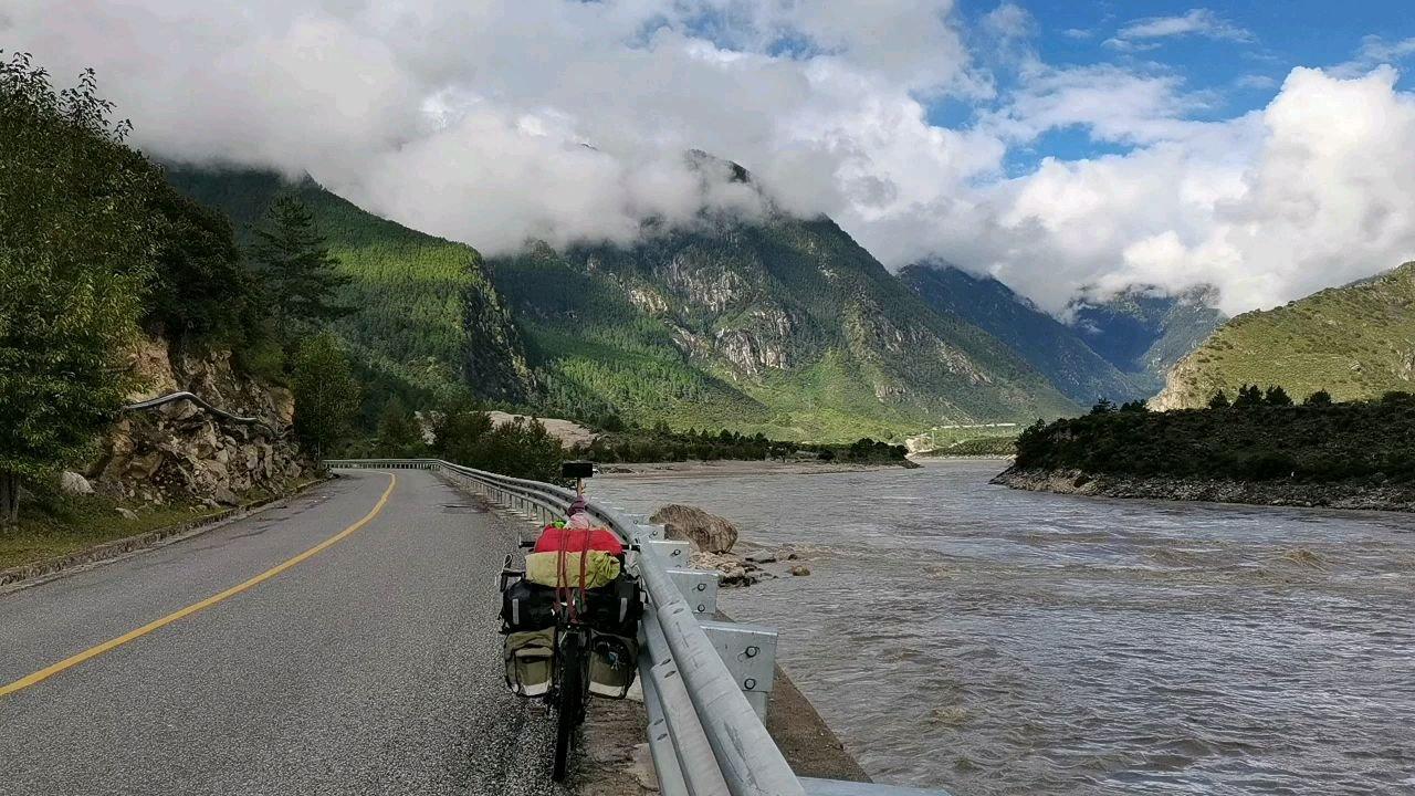 骑行中国 六进西藏之林芝 早上好雅鲁藏布江 #我的舞台不止讲台 #九月你好 #带上花椒去旅行