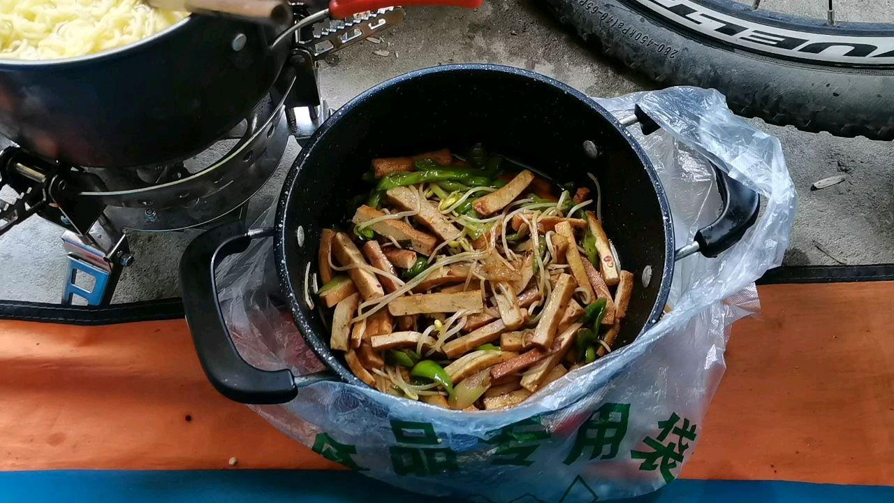 骑行中国 六进西藏之山南 今天晚上拌面吃#九月你好 #带上花椒去旅行 #又嗨又野在玩乐